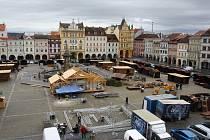 Přípravy na Budějovický advent jsou v plném proudu. Osmiúhelníkové kluziště bude ústit do zvoničky, odkud bruslaři mohou sledovat dění na náměstí.