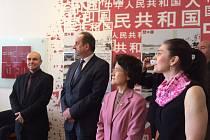 VŠTE otevřela v úterý na českobudějovickém náměstí Čínské centrum. Na snímku vlevo rektor VŠTE Marek Vochozka a prezident Institutu nové hedvábné stezky a poradce prezidenta republiky Jan Kohout a velvyslankyně Čínské lidové republiky Ma Kche-čching.
