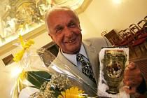 Spisovatel, redaktor a velký obdivovatel přírody Ludvík Mühlstein (na snímku) převzal na budějovické radnici literární cenu Číše Petra Voka. Udělil mu ji Jihočeský klub Obce spisovatelů. Mühlstein ji získal měsíc před svými 77. narozeninami.
