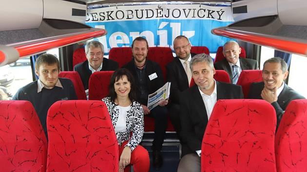 Účastníci předvolební akce Deníku při zastávce v Písku. Na snímku zástupci osmi politických stran a hnutí.