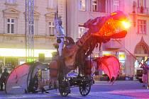 Divadlo Kvelb a jejich představení Drak, jemuž vévodí desetimetrová loutka draka, která umí létat a chrlí oheň i kouř.
