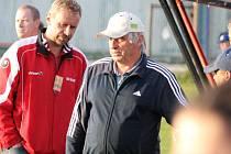 Trenér SK Mladé Karel Tondr a legenda, bývalý kanonýr Ladislav Novák. V sobotu Mladé zajíždí ke šlágru na hřiště vedoucího Boršova.