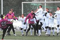 V poslední přípravě před cestou na Slovensko fotbalisté Dynama v Táboře zdolali Most 4:1 (Petr Šíma se snaží z trestného kopu obstřelit mosteckou zeď).