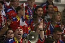 Na podporu diváků, dirigovaných Františkem Němečkem alias Kaštanem (vpředu s megafonem) budou hokejisté HC Mountfield v duelu s Karlovými Vary hodně spoléhat.
