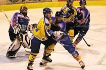 Písecký Gába se z této situace před brankou Klášterce neprosadil (zleva Damašek, Gába, Spitzer, Nikodém a Žemlička): písečtí hokejisté doma podlehli Klášterci ve II. lize 2:3.