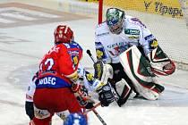 Michal Hudec překonává kladenského brankáře Kopřivu a posílá HC Mountfield do semifinále extraligy, kde budou jeho soupeřem Karlovy Vary.