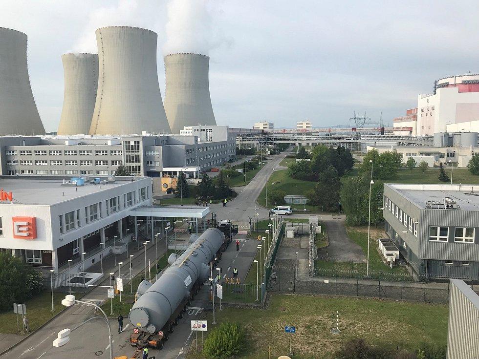 Souprava vjela do střežené části jaderné elektrárny Temelín.
