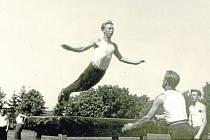Veřejné cvičení Sokola r. 1947 – letka přes stůl.