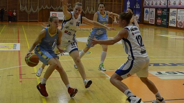 V domácím střetnutí s USK Praha brání Zorka Jilečková a Alena Jeništová hostující Elhotovou (zcela vlevo)