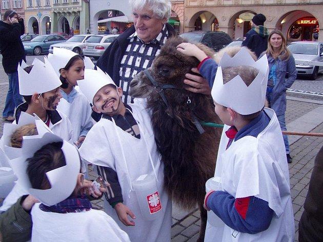 Tříkráloví koledníci na českobudějovickém náměstí.