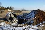 Řidička v Horní ulici v Českých Budějovicích nezvládla řízení a zajela do 3,5 metru hluboké šachty.
