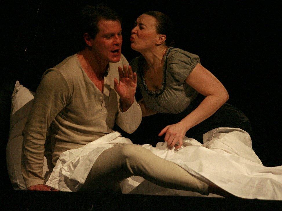Herečka Lenka Krčková jako Štěpka v dramatu Petrolejové lampy, Jihočeské divadlo, 2011, vlevo Ondřej Veselý jako Pavel.