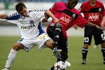 Franando Hudson (vpravo) v bezbrankové ligové premiéře fotbalistů Dynama s Libercem bojuje s hostujícím Jiřím Liškou.