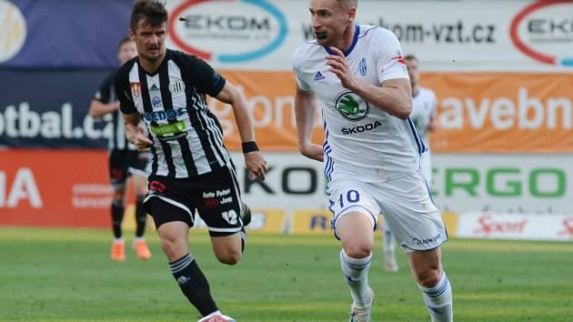 Muris Mešanovič, který dal Spartě tři góly, proti Dynamu vyšel střelecky naprázdno (na snímku ho stíhá Benjamin Čolič): Mladá Bolslav - Dynamo přesto 4:2.