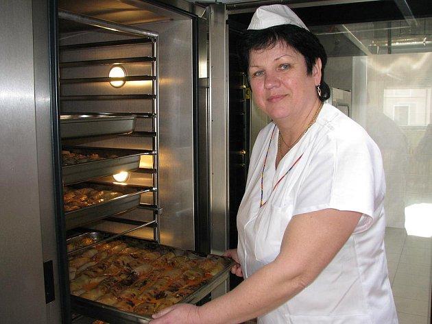Šéfkuchařka Ludmila Kratochvílová nakrmí ve školní jídelně U tří lvů každý den asi 1400 hladových krků.