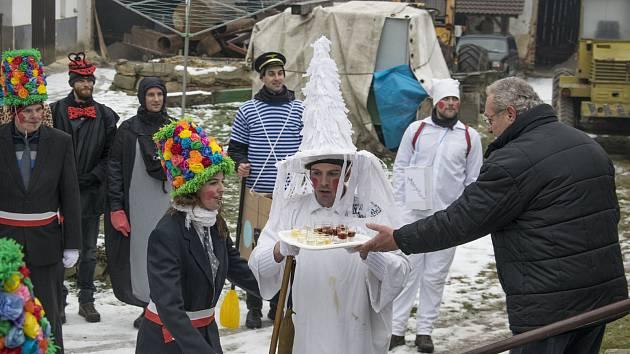 Tradiční obchůzka se konala také v Chotýčanech. S počtem koledníků vypomohla sličná děvčata.