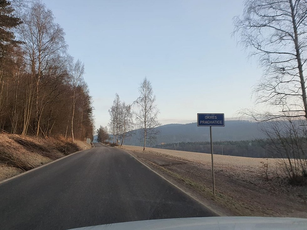 Pondělní ranní kontroly na jihu Čech. Policejní hlídka u Holkova.