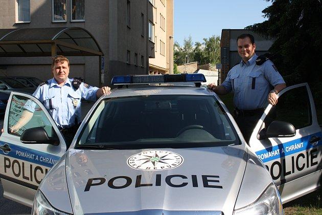 Policisté Ladislav Podlešák (vpravo) a Marek Moucal v létě zachránili život seniorovi, který zkolaboval na Výstavišti.