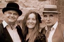 Táborská kapela Pouličníci slaví 20 let. Zleva na snímku Karel Daňhel, Alena Němcová a Marcel Kříž.