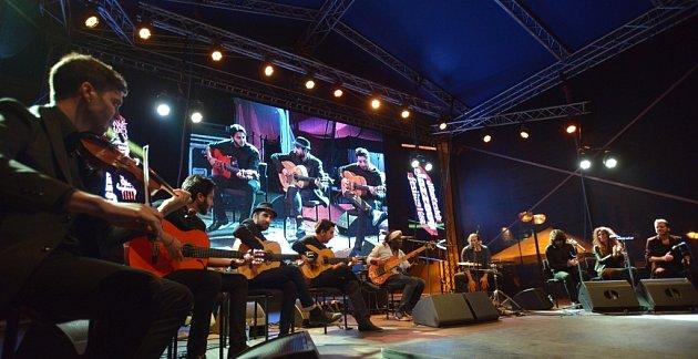 Americký jazzový baskytarista Richard Bona nadchl 16.srpna publikum na Jihočeském jazzovém festivalu. Hrál na Piaristickém náměstí vČeských Budějovicích, představil svůj flamenco projekt.