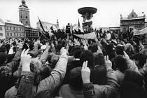Sametová revoluce v Českých Budějovicích, listopad 1989. Na snímku generální stávka 27. listopadu 1989, záběr z náměstí.