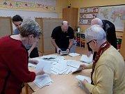 Volební místnosti prvního kola volby prezidenta se uzavřely. Začíná sčítání hlasů. Video je z Českého Krumlova.