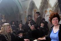 Filmová režisérka Alice Nellis (na snímku vpravo) natáčí pohádku Sedmero krkavců v prostorách hradu Zvíkov na Písecku.