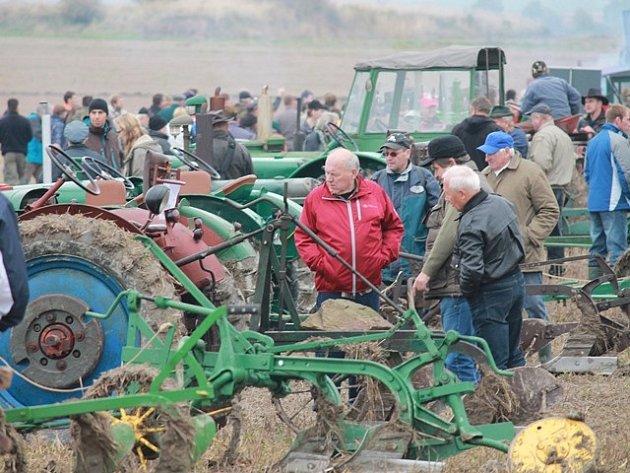 Setkání příznivců starých traktorů 2013 v Mahouši.