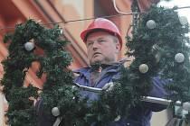 Příprava vánoční výzdoby v Českých Budějovicích.