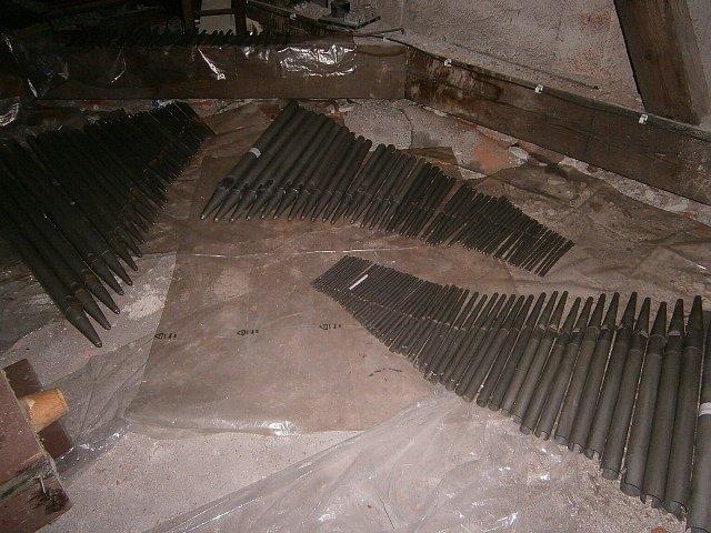 Jednotlivé části rozebraných varhan v kostele.
