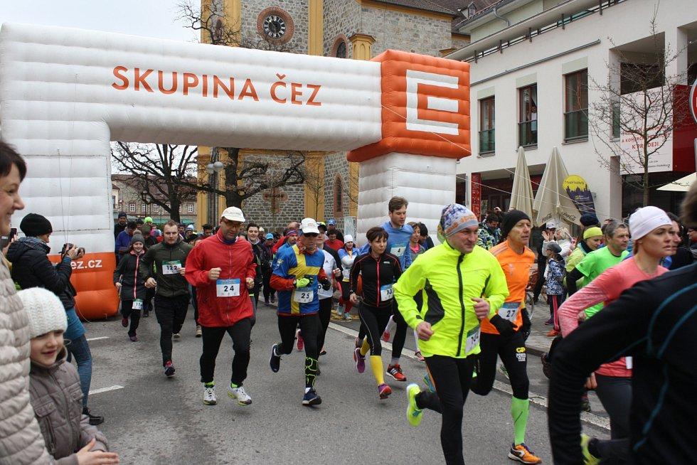 VELIKONOCE NA HLUBOKÉ odstartoval sobotní běh, Stezku za obřími kraslicemi lze navštívit do poloviny května.