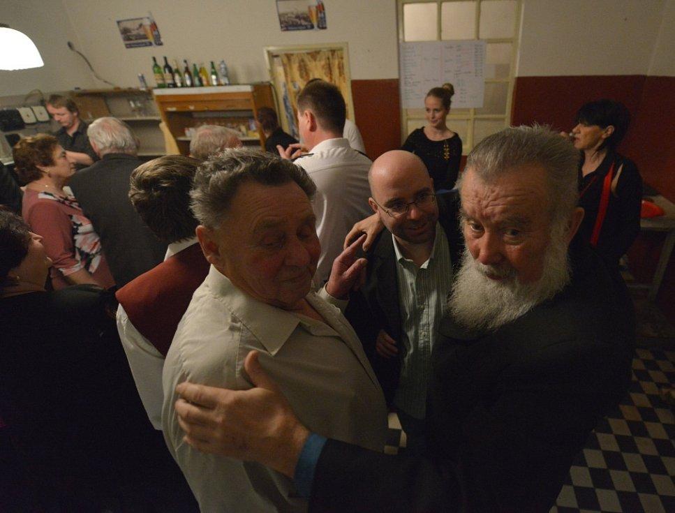 Dvě místní legendy na baru: vlevo Václav Koklar starší, bývalý starosta SDH, vpravo Václav Tůma.