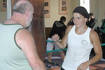 Lenka Kardová v boxovně Samsonu s trenérem Zdeňkem Faberem.