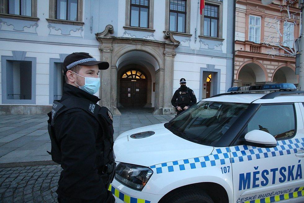 Městská policie navýšila o silvestrovských oslavách počty hlídek v ulicích.