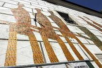 Egon Schiele Art Centrum v Českém Krumlově musí zaplatit pokutu za to, že na fasádu své budovy umístilo koláže pravěkých lovců. Protože dům je národní kulturní památkou, měla galerie tento krok dopředu konzultovat s památkáři, což  neučinila.