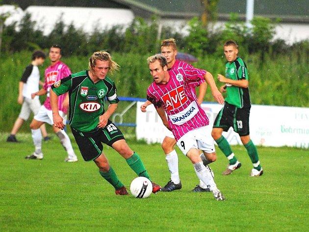 Petr Dolejš, jenž po návratu z hostování z Čáslavi je jednou z nových tváří Dynama, v přípravě s Příbramí v Třeboni uniká příbramskému Borkovi. Ve středu hraje Dynamo v Písku s Brnem.
