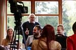 Mladí filmaři ladí v Poněšicích u Hluboké scénáře snímků o manželce Husáka či krimithriller. Pomáhá i herečka Petra Nesvačilová. S účastníky pracuje lektor Giovanni Robbiano (na snímku v brýlích).
