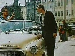 Škoda vjela na náměstí v J. Hradci. Snímek zachycuje prostor před dnešním hotelem a restaurací Concertino – Zlatá Husa a ČSOB.
