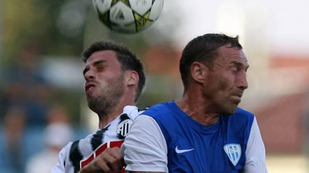 Michal Klesa v derby s Táborskem ve vzdušném souboji s Janem Šimákem.