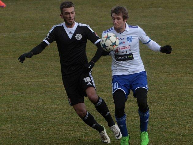O výhře Dynama nad Znojmem rozhodl Milan Jurdík (vlevo v souboji se znojemským Oklešťkem).