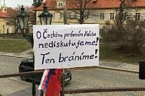 Dekrety prezidenta Edvarda Beneše hájili před možnou revizí účastníci akce na Loretánském náměstí v Praze 14. března 2021. Akce se účastnili i Jihočeši.