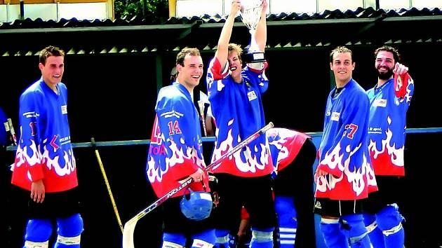 Betonova po výborných výkonech v regionální hokejbalové lize  převzala vytoužený pohár, bujaré oslavy mohly začít. Hráči vítězného celku ovládli i osobní  statistiky.