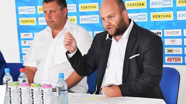 Na předsezonní tiskovce o cílech fotbalového Táborska informovali novináře trené Miloslav Brožek a ředitel klubu Josef Holub.r