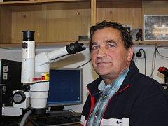 Jiří Kubeš z Borovan je specialistou na zkoumání elektrotechniky. Jeho druhým oborem je pak mechanoskopie.
