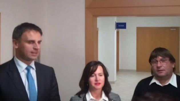 V příštích čtyřech letech bude životy Jihočechů řídit koalice ČSSD, ANO 2011 a hnutí Jihočeši 2012. Na snímku zleva Jiří Zimola (ČSSD), Radka Maxová (ANO) a Pavel Hroch (Jihočeši 2012).