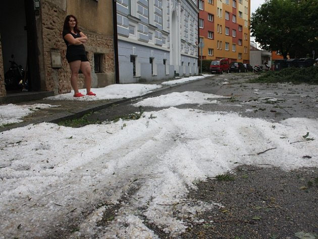 Následky vichřice v Českých Budějovicích. Roudenská ulice.
