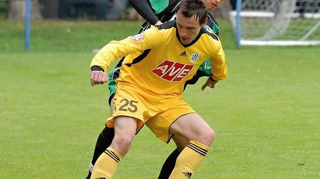 Petr Šíma v prvním přípravném zápase proti Příbrami sice nastoupil v záloze (na snímku si kryje míč před příbramským Plašilem), poté však v dalších zápasech alternoval i na levém kraji obrany.