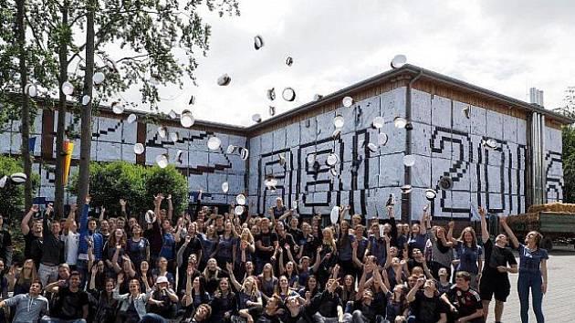 Protestně zahalili školu.