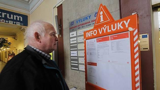 Miroslav Chalupský studuje informace o výlukách na českobudějovickém vlakovém nádraží.
