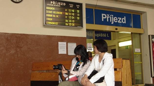 Nejen padesátiminutová zpoždění se objevují na informační tabuli příjezdů a odjezdů vlaků. Cestujícím to vadí.